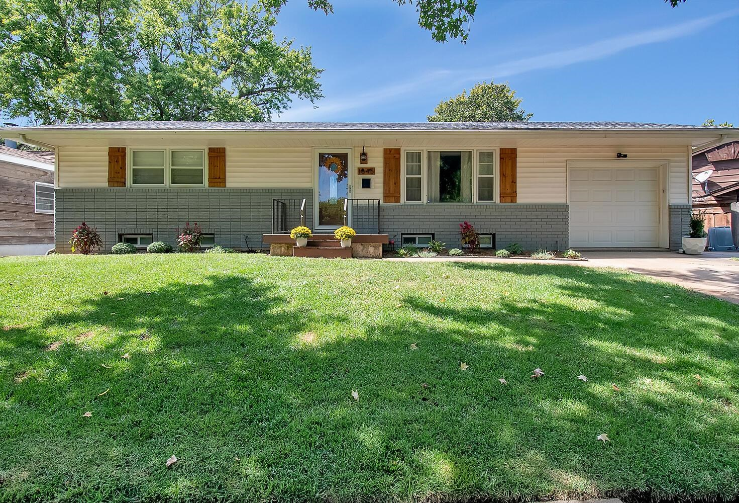 Beautiful ranch style home in a great Wichita neighborhood! The owners have kept this property in ex