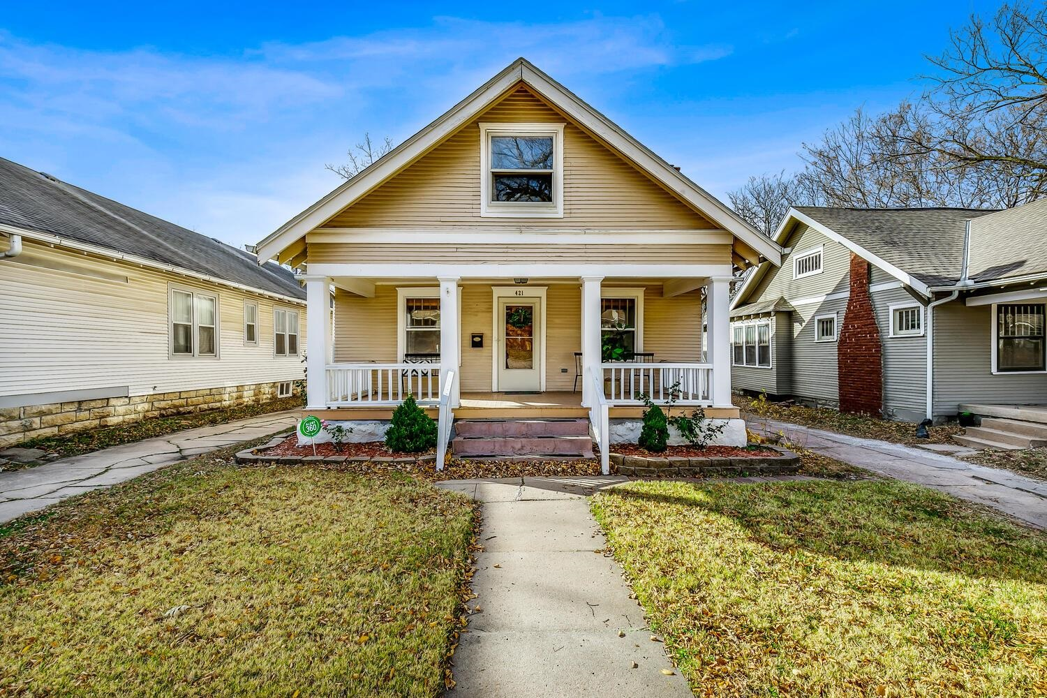 COLLEGE HILL BUNGALOW FEATURES ORIGINAL WOOD WORK, HARDWOOD FLOORS, AND TALL CEILINGS. WELCOMING LIV