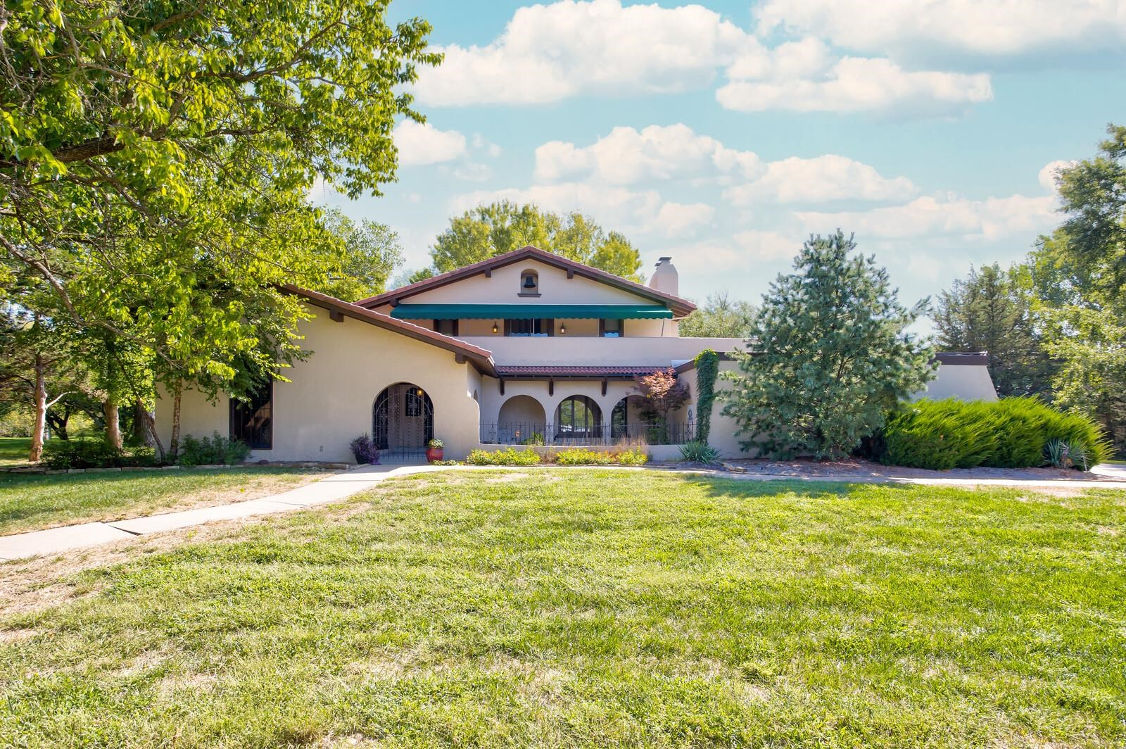 Welcome home to 2 N Stagecoach! Located in beautiful Shadybrook Farms, this home has character and u