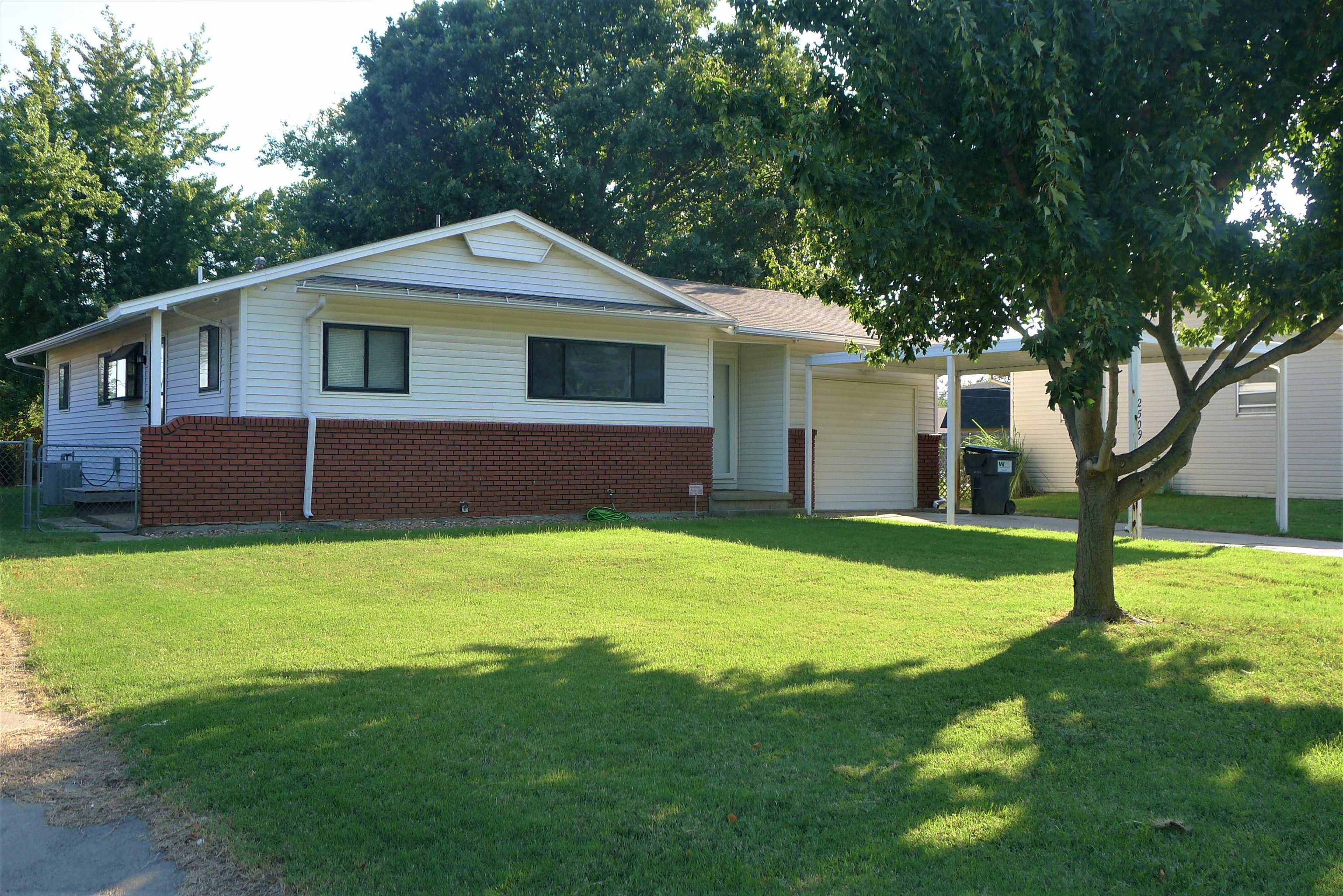 Very well maintained clean home that is move-in ready! Newly painted walls, all new carpet, Samsung