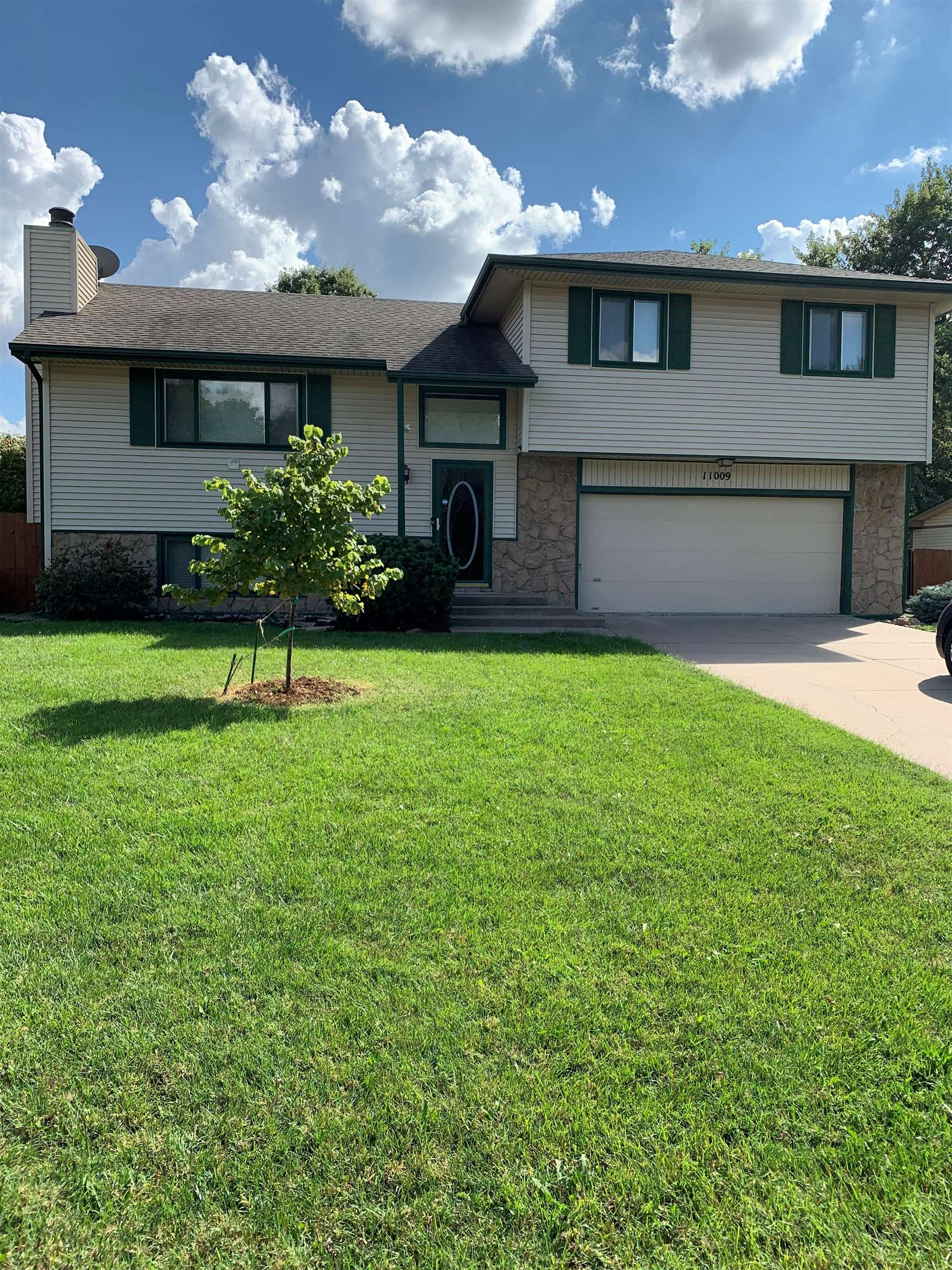 Beautifully well maintained tri-level 3 bedroom, 3 bath home. Upgraded kitchen including beautiful n