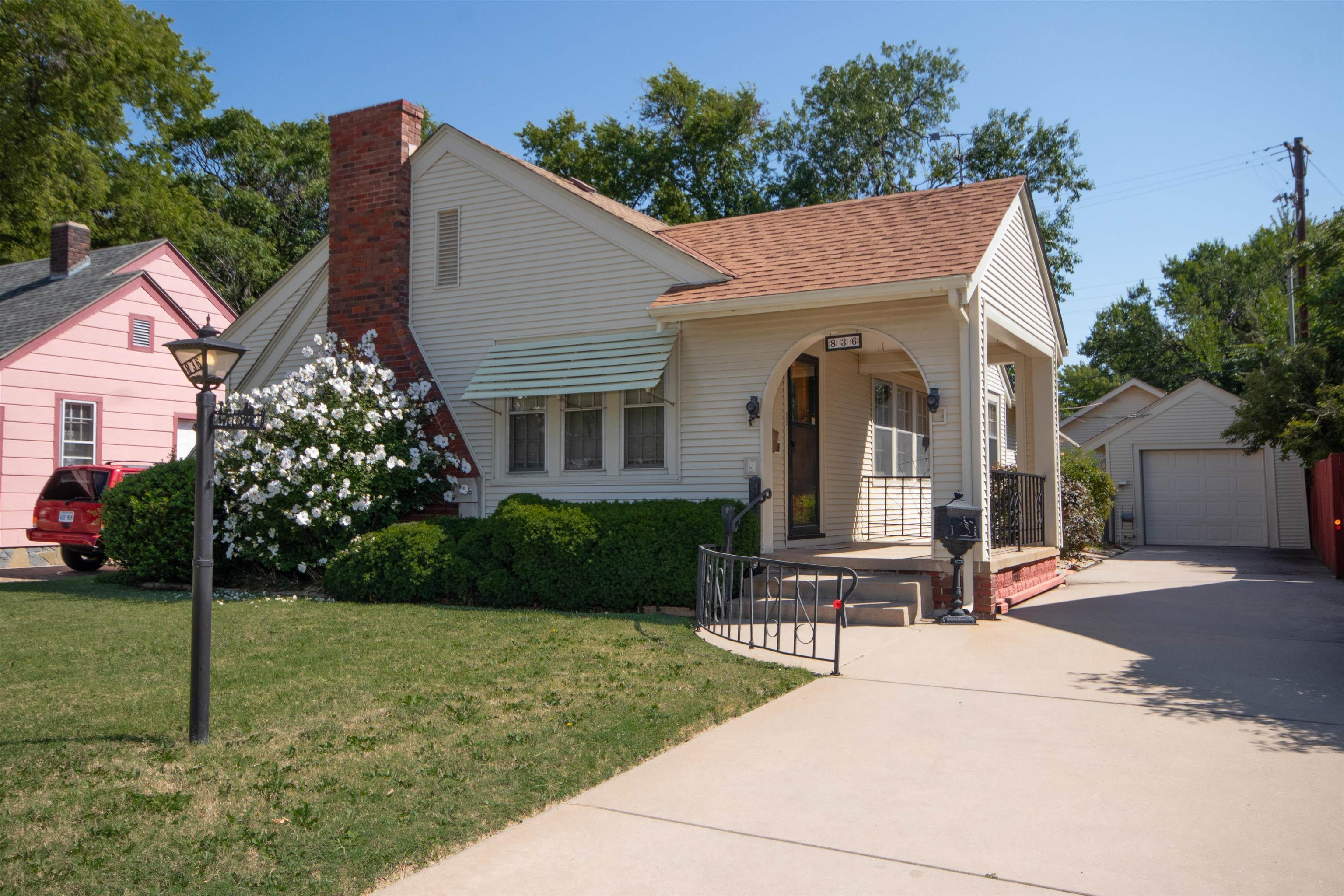 Come see this well cared for home centrally located in the Sunnyside neighborhood. Beautiful curb ap