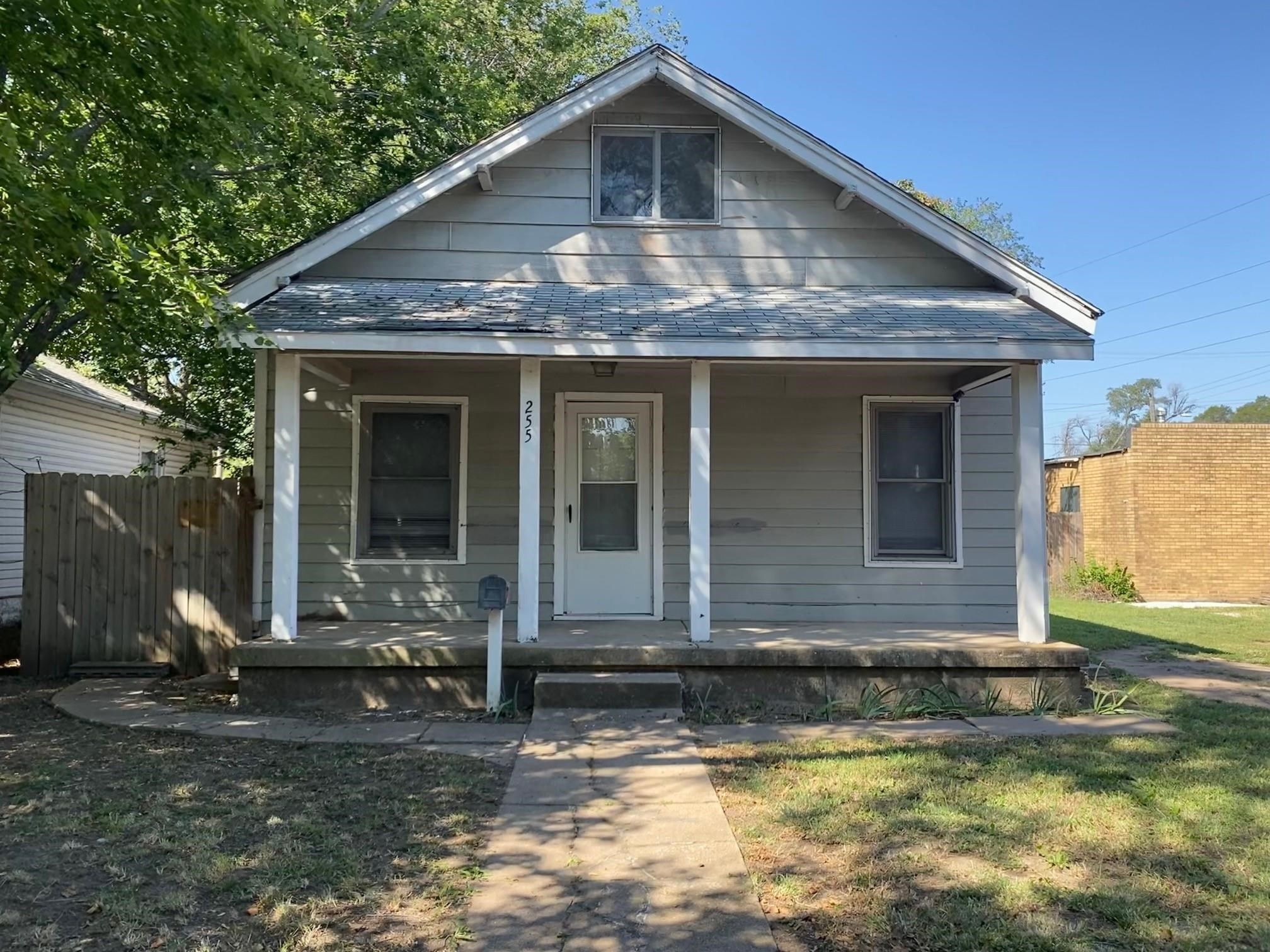 This charming bungalow in conveniently located in the Historic Delano district where restaurants, ba