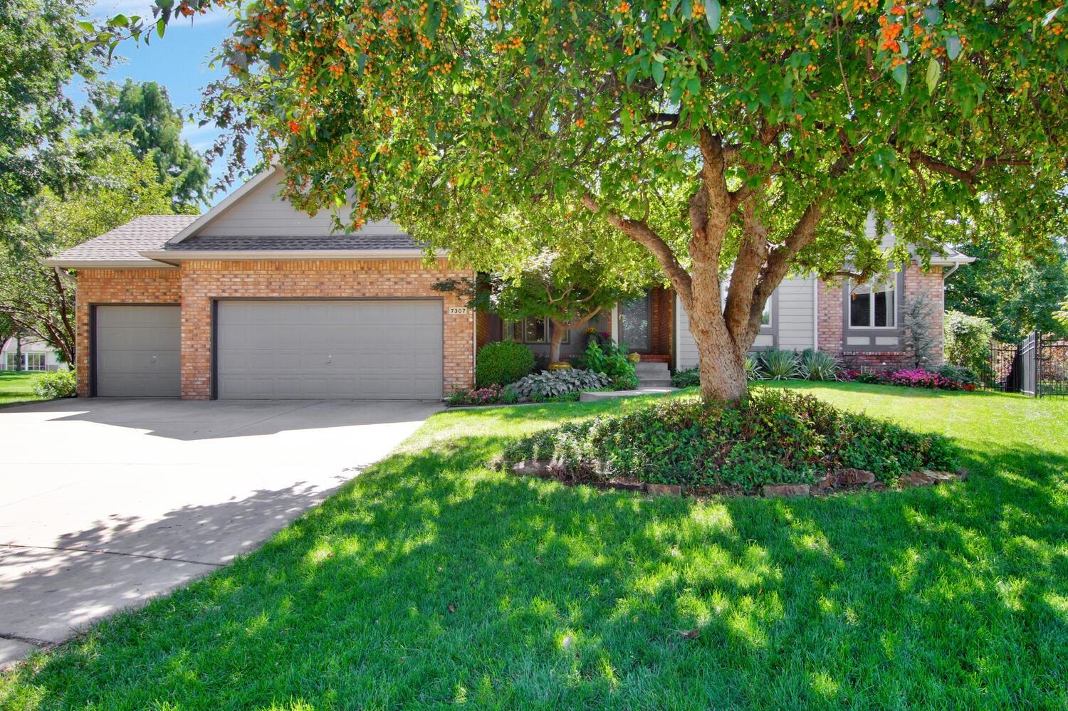 THIS ROBL RANCH HOME IS LOCATED ON #15 FAIRWAY OF REFLECTION RIDGE GOLF COURSE & A CUL-DE-SAC LOT.