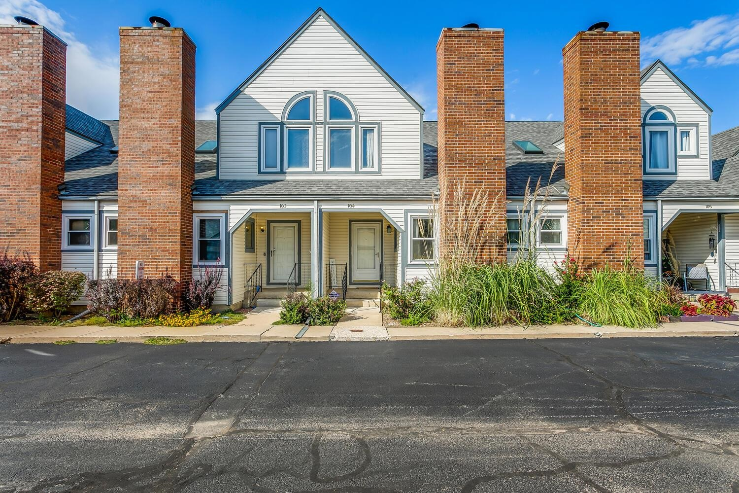 Welcome to this spacious Townhome that features 3 bedrooms, 1 full baths and 2 half bath, a full fin