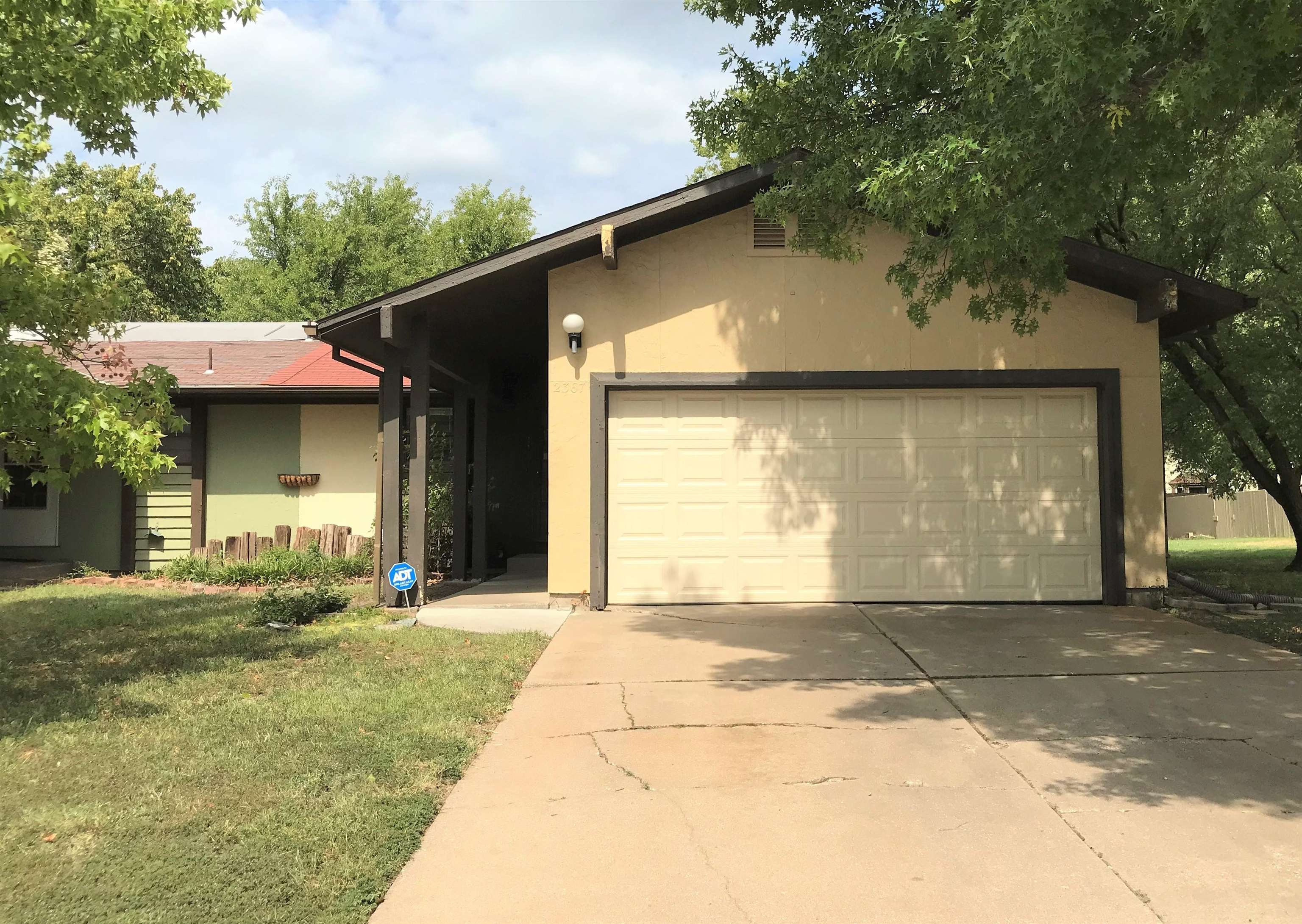 This twin home is conveniently located in northeast Wichita, walking distance from shops, dining, en