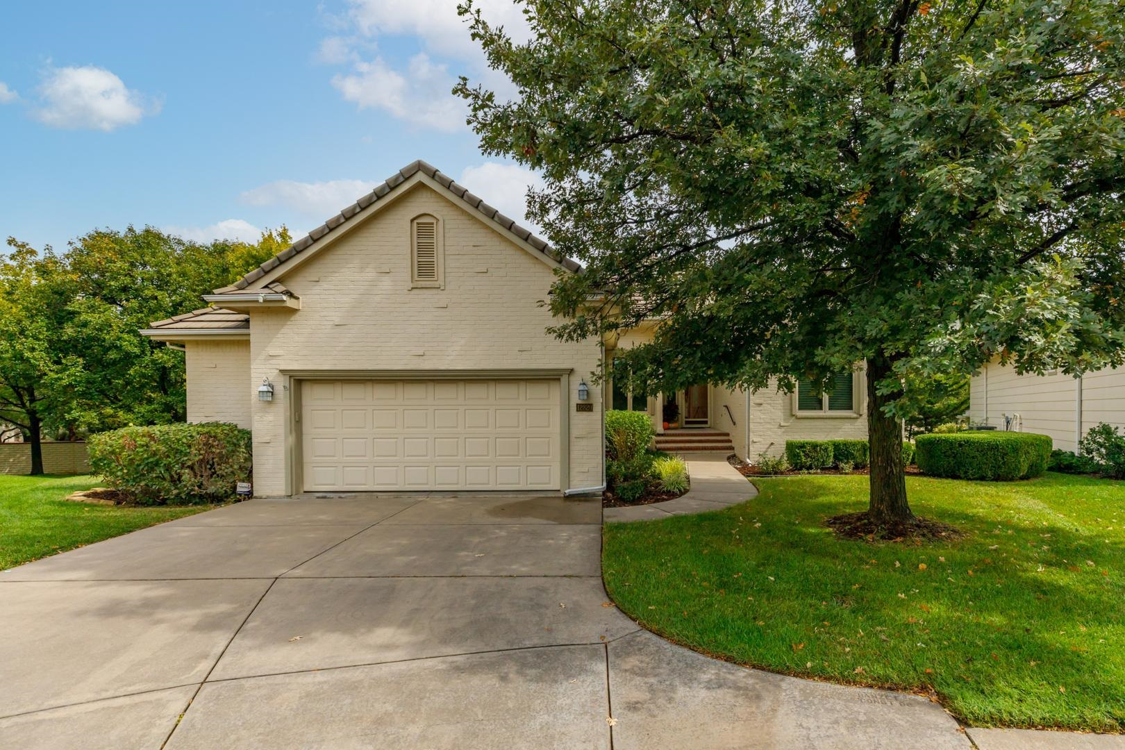 Welcome home! This is a wonderful one owner home with a great floor plan in the Crest Ridge neighbor