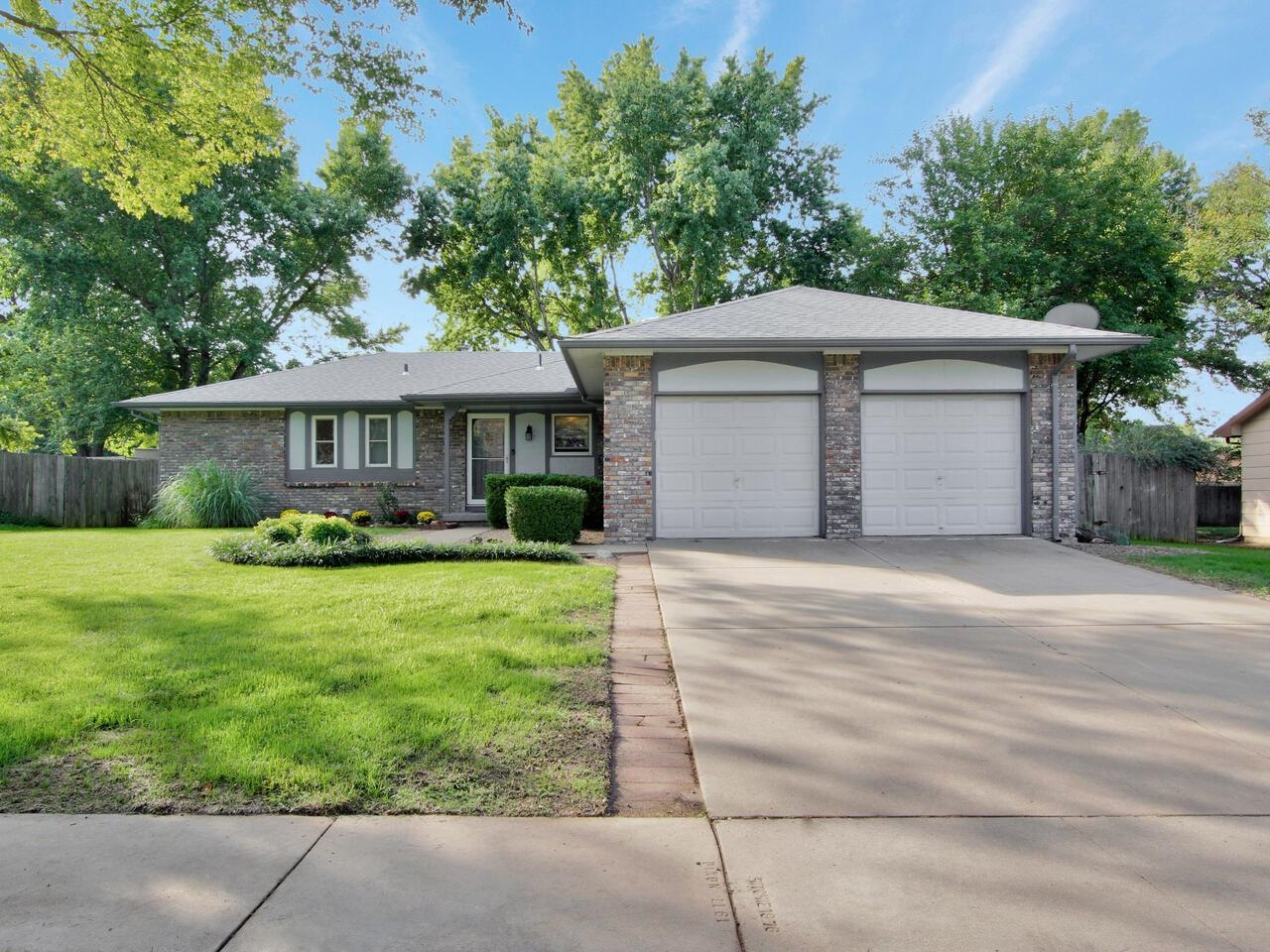 Check out this adorable 3 bedroom, 3 bathroom home located in a great neighborhood! When you walk in