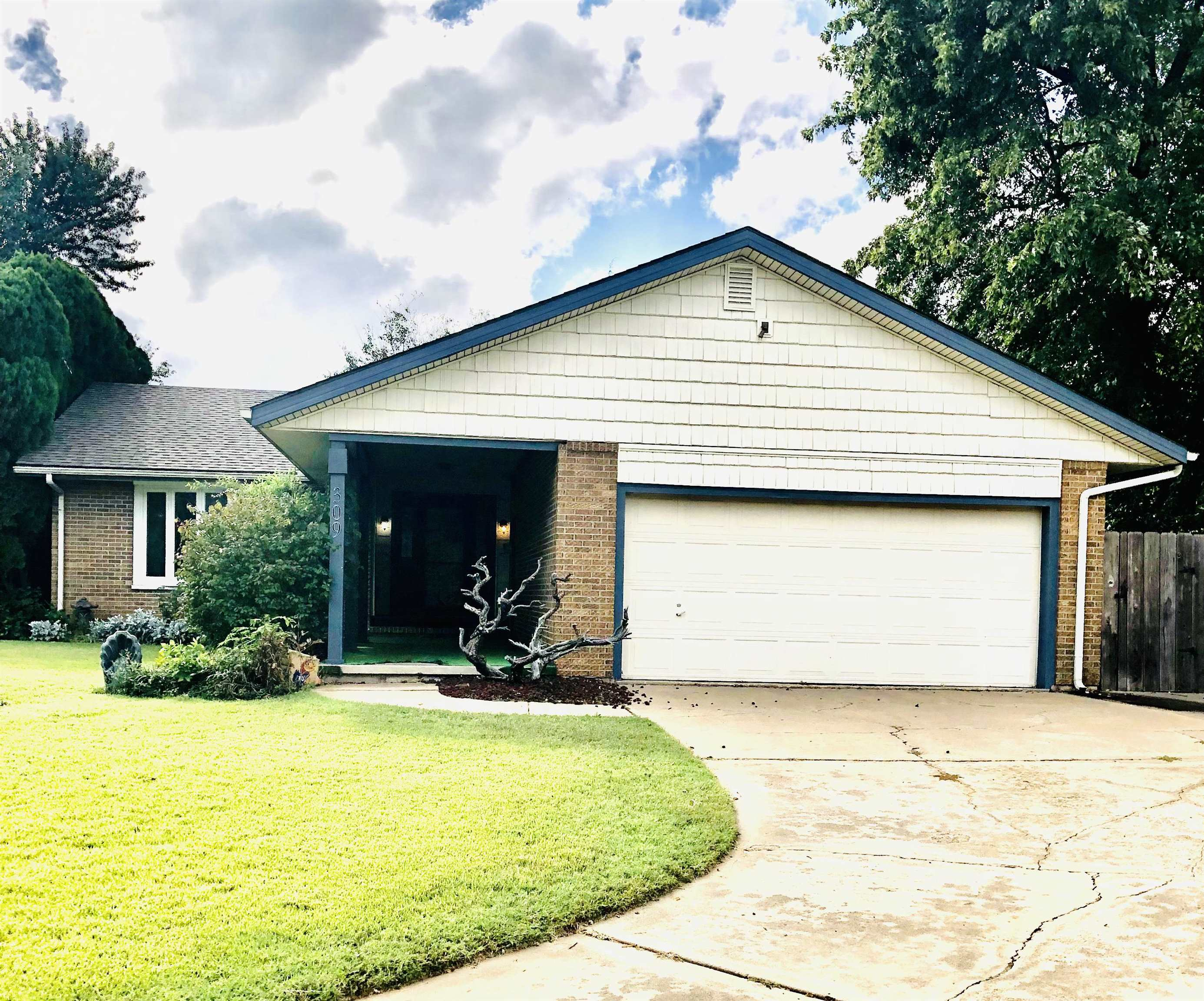 INVESTORS!!! POOL!!! Add your own finishing touches to this Timberlane Addition home. Main Bedroom/1