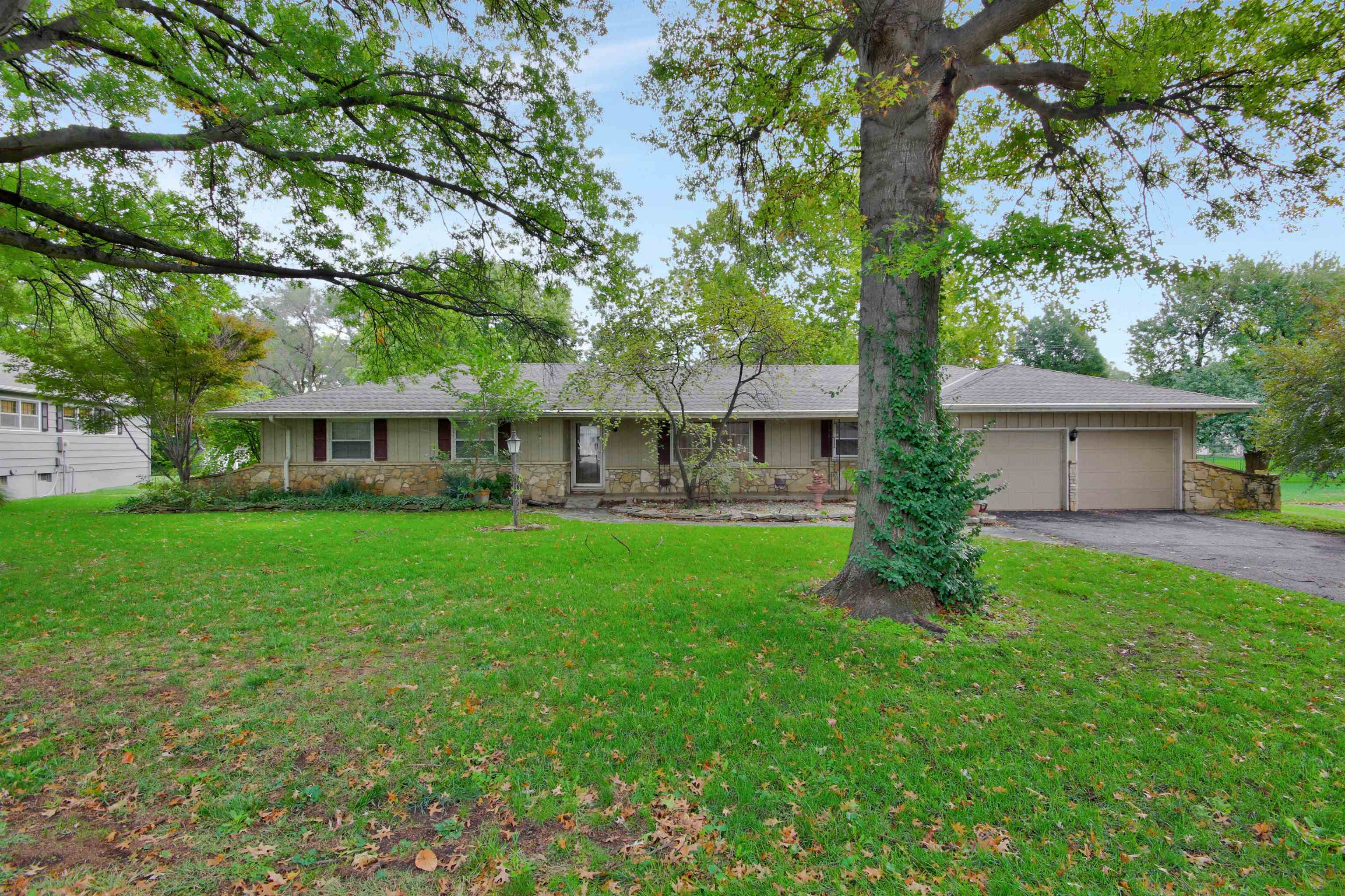 Come check out this adorable 3 bedroom, 2 and 1/2 bathroom home nestled in Hidden Lakes. The home ha