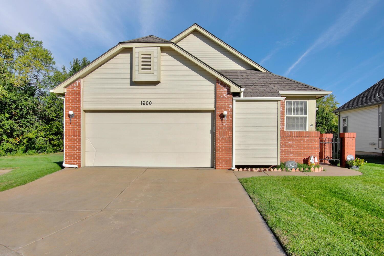 Fabulous patio home located in the ever popular Allen's Lake!  Low maintenance living in a charming