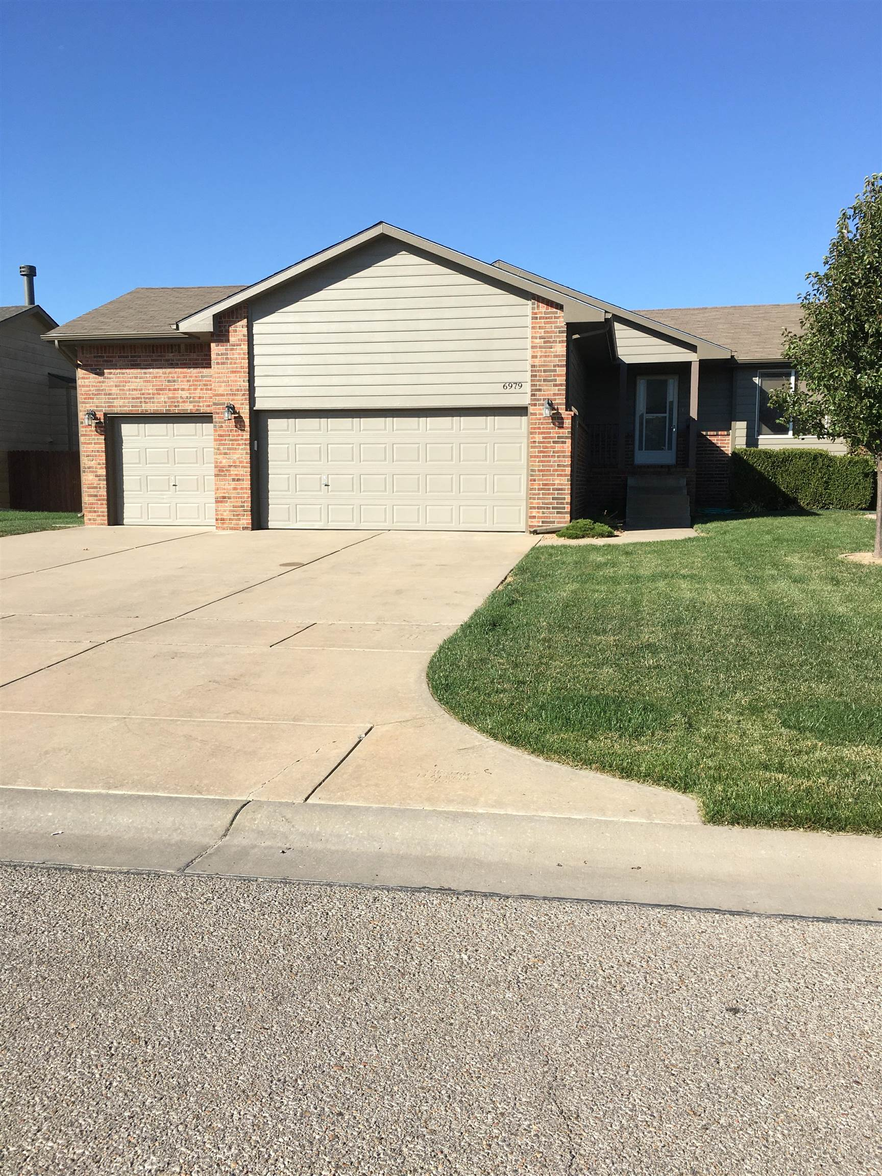 Beautifully maintained home.  Vaulted ceilings through living room, dinning and kitchen area.  Fanta