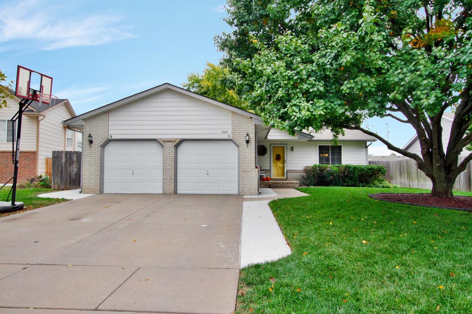 Located in desired Goddard School District, this charming 3 bedroom ranch has vaulted ceilings and o