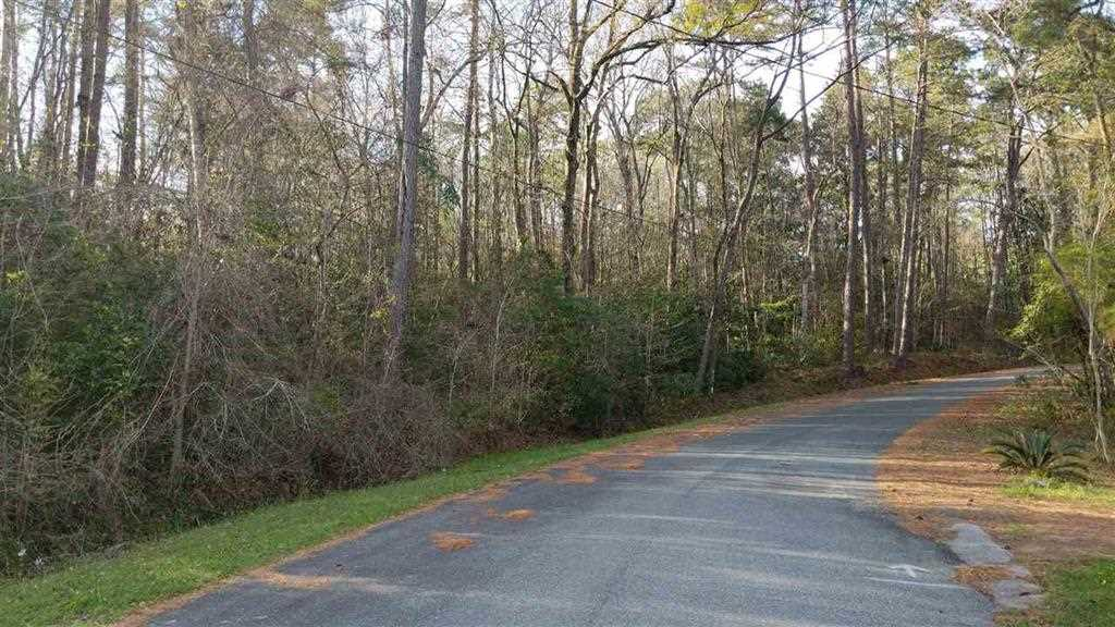 Residential huge vacant land in the neighborhood of Hickory Hills.Build your dream home in this well established subdivision in Chattahoochee,Florida. The schools nearby include Chattahoochee Elementary School,Sneads High School,Florida State Hospital School.