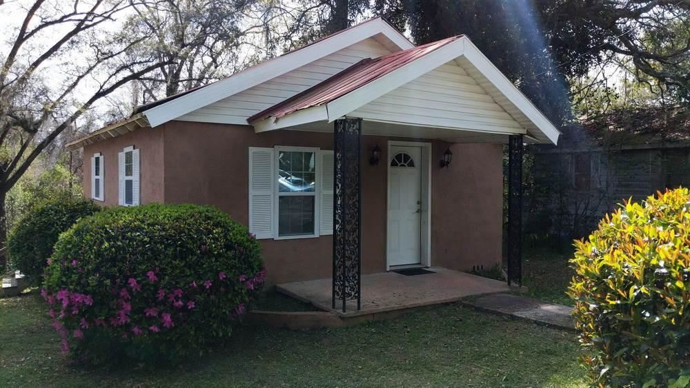 Nice cozy updated house of 2 beds/ 2 baths. Great for investors. Showing by appointments only. Near the schools of Gadsden Virtual Instruction Program School,McKay Scholarship/School of Enrollment and Home Educ Program Students School.No driveway. No utility Room inside nor outside. Affordable price. Bring your offers.Due to COVID 19 special instructions and only rock solid prequalified buyers to get inside. Due to COVID-19, all parties are required to wear a mask and gloves.