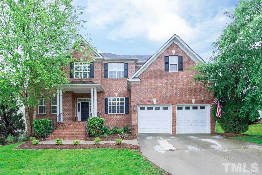 Transitional brick front home in sought after Wakefield Plantation. Convenient to restaurants, shopping, trails, major roads and Falls Lake.
