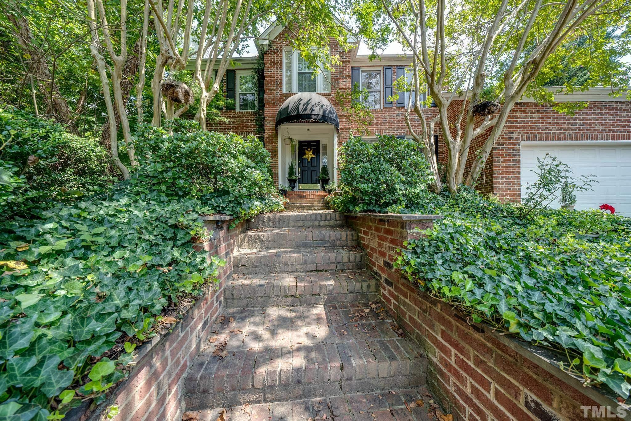 Conveniently located 5 mins from Crabtree Valley Mall & Umstead Park. 10 min to North Hills, 15 mins to Downtown, RDU, or Brier Creek.